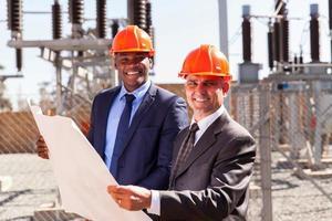 industriële managers met blauwdruk foto