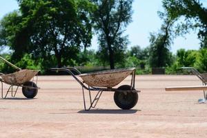 oude ijzeren karren op een bouwplaats. foto