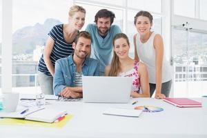 informele mensen uit het bedrijfsleven samen met behulp van laptop foto