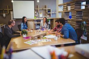 mensen uit het bedrijfsleven bespreken aan tafel tijdens vergadering foto