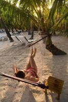 vrouw op het strand in een hangmat foto