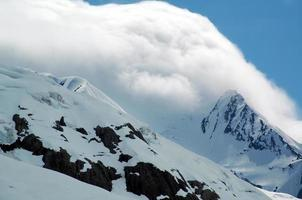 lage wolken hoge bergen foto