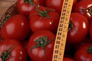 rijpe tomaten en meetlint foto