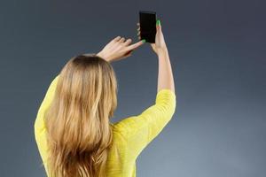 onherkenbare vrouw die selfie neemt foto