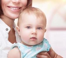 schattige baby met moeder foto