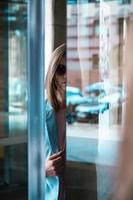 het meisje kijkt door het glas foto