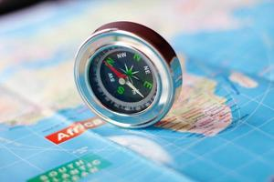 zilveren kompas toont richting foto