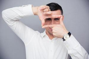 zakenman frame met vingers maken foto