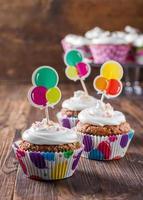 chocolade cupcakes met room op donkere houten achtergrond foto