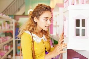 mooie stijlvolle zwangere vrouw in een winkel voor kinderen foto