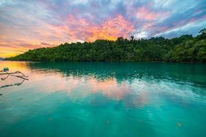 adembenemende kleurrijke hemel bij zonsondergang in Indonesië foto
