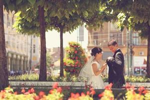 bruid en bruidegom in de stad foto