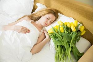 vrouw slapen in het bed foto