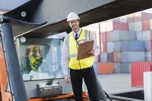 werknemer permanent op machines op de site foto