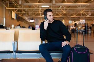 casual man te wachten op zijn vlucht. foto