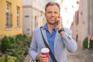 man praten aan de telefoon foto