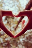 handen aan harten foto