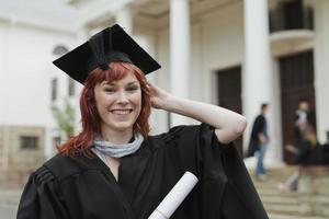 studeer af met haar diploma op de campus foto