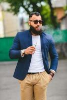 man met een baard rookt elektronische sigaret foto