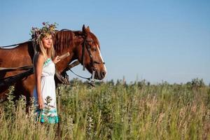 vrouw en paard in zomerdag, buitenshuis. serie foto