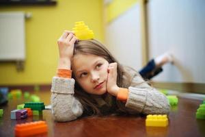 gelukkig mooi meisje speelt met blokken foto
