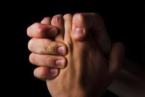 biddende handen - religie concept foto