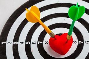 zwart wit doelwit met darts in hart liefde als roos foto