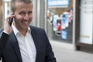 zakenman praten op een mobiele telefoon foto