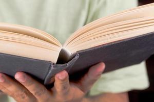 man leest een oud boek foto