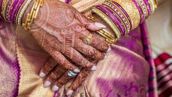 wachtende handen van Zuid-Indiase bruid. foto