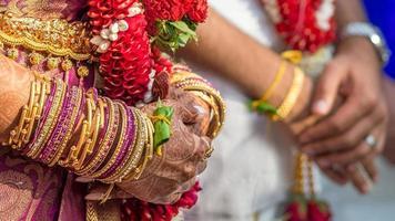 Zuid-Indiase handen van bruid en bruidegom wachten. foto