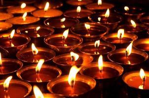 kaarsen in de Boudhanath-stoepa, Kathmandu, Nepal. foto