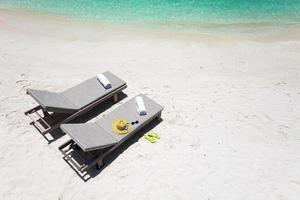 ligstoelen op een strand foto
