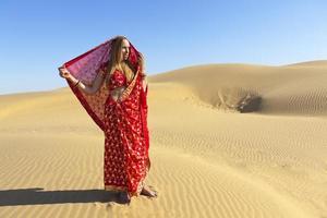 vrouw die sari in de tharwoestijn draagt. foto