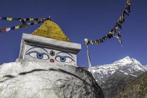 Boeddha ogen op stoepa boven namche bazaar nepal foto