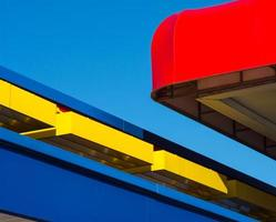 rode luifel blauwe gevel foto