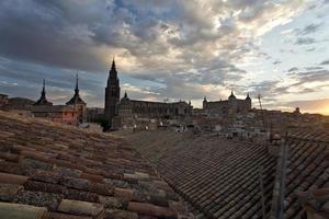 over de daken van toledo bij zonsondergang