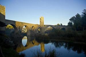 brug in de stad besalu (catalonië, spanje)