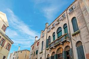 blauwe lucht en oude gebouwen foto