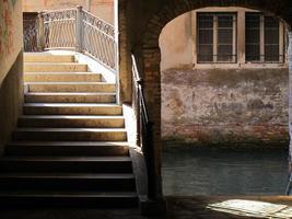stapt over een Venetiaanse brug foto