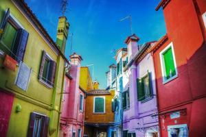 kleurrijke achterstraat in burano foto