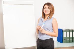 jonge vrouwelijke tutor op het punt om een presentatie te geven foto
