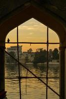 Lake Pichola in de schemering omlijst door een boog, India foto