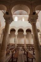 verticale weergave van fijne mozarabische arcade foto