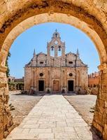 oud klooster achter de boog foto