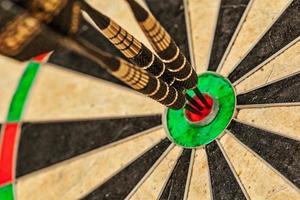 drie darts in schot in de roos close-up