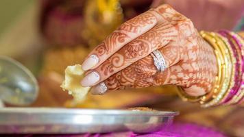 handen van Zuid-Indiase bruid terwijl ze Indiaas eten, foto