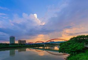 boogbrug over de rivier foto