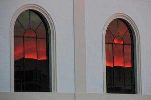weerspiegeling van een rode zonsondergang foto
