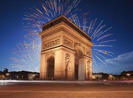 arc de triomphe, parijs verlicht door vuurwerk foto
